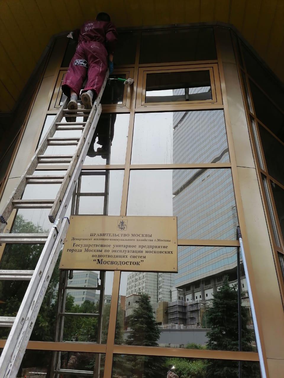 Промышленный альпинизм при мытье окон