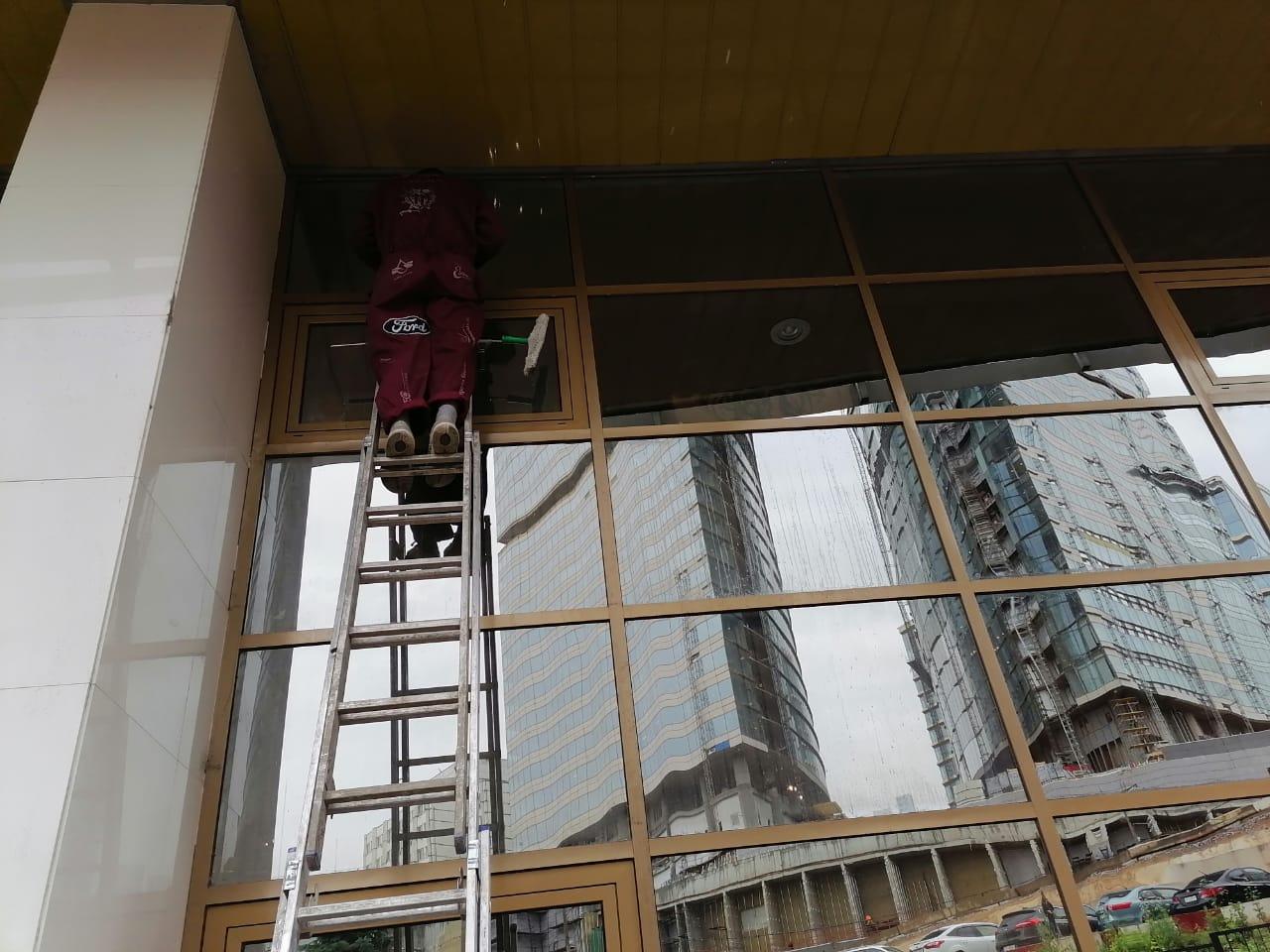 Высотные работы при помывке фасадов зданий