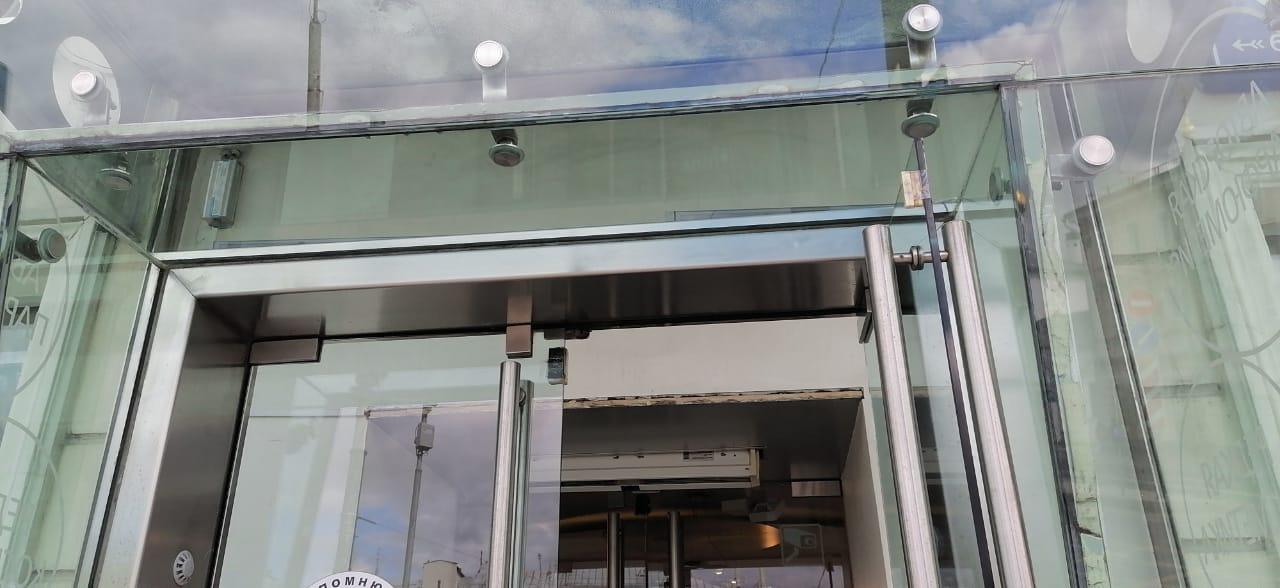 Отмыты труднодоступные места в витрине магазина – компания Клеарте